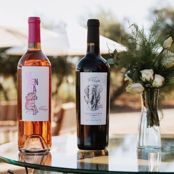 Botellas de vino rosado y vino tinto.