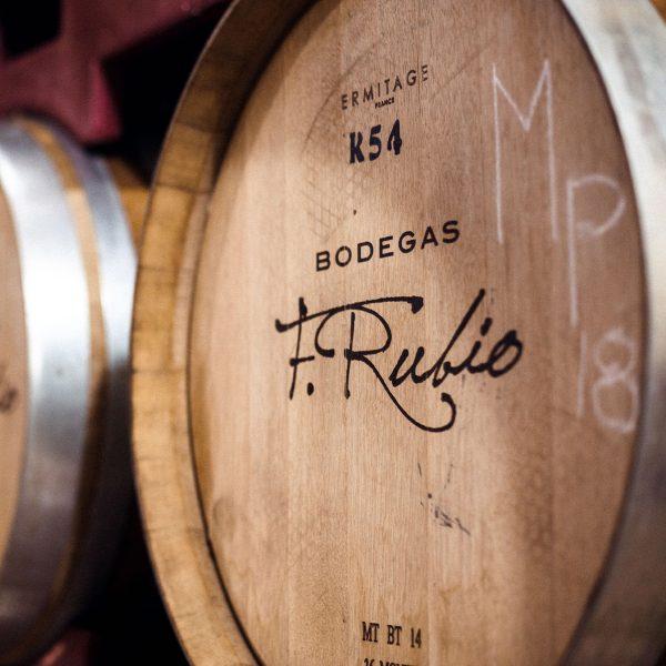 Barrica de vino con emblema de Bodegas F. Rubio.