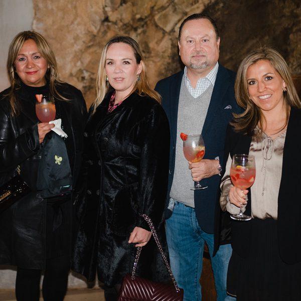 Grupo de personas sosteniendo sus copas de vino.