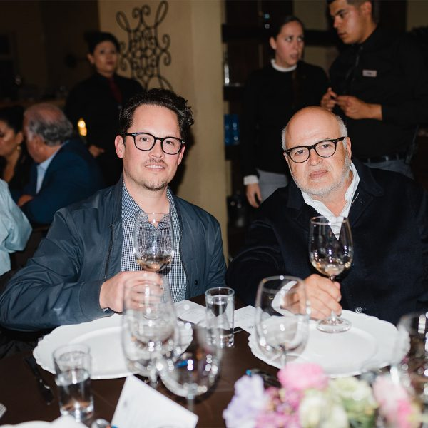 Dos personas disfrutando de vino tinto.