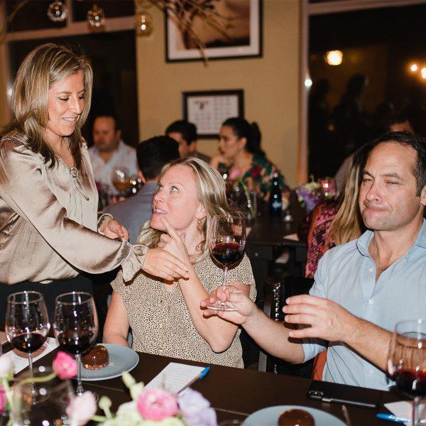 Personas disfrutando de una copa de vino.