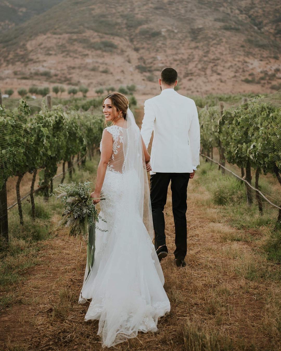 Pareja de recién casados caminando en viñedos de Bodegas F. Rubio.