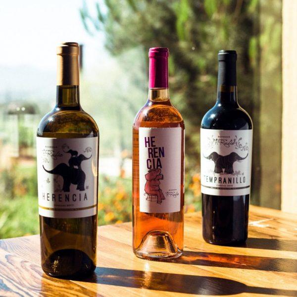 Botellas de vino blanco, rosado y tinto.